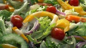 Platte des Salats legte nieder oder hob von der Tabelle auf stock footage