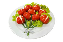 Platte des Salats und der Tomaten getrennt auf Weiß Stockfoto