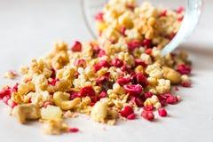 Platte des selbst gemachten muesli mit Corn-Flakes, gefriertrocknete Moosbeere, Acajoubaum, kandierte Frucht, Rosinen Lizenzfreie Stockfotografie