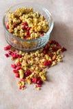 Platte des selbst gemachten muesli mit Corn-Flakes, gefriertrocknete Moosbeere, Acajoubaum, kandierte Frucht, Rosinen Lizenzfreies Stockbild