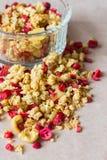 Platte des selbst gemachten muesli mit Corn-Flakes, gefriertrocknete Moosbeere, Acajoubaum, kandierte Frucht, Rosinen Stockbilder