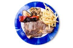 Platte des Steaks mit Chips Lizenzfreie Stockfotos