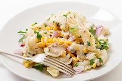 Platte des Thunfisch- und Zuckermaisnudelsalats Stockfoto
