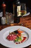 Platte des Thunfischs Tartare mit weißem Wein Stockbild