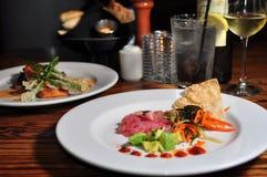 Platte des Thunfischs Tartare mit weißem Wein Lizenzfreies Stockfoto