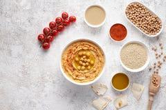 Platte hummus flacher Lage mit ingridients, Snackproteinlebensmittel der gesunden Diät natürliches vegetarisches Lizenzfreie Stockbilder