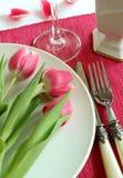 Platte, Messer, Gabel und Tulpen stockbild