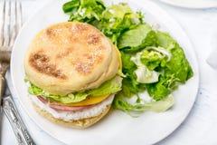 Platte mit angefülltem britischem Frühstücks-Muffin lizenzfreie stockbilder