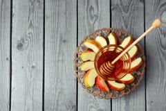Platte mit Apfel und Honig für jüdischen Feiertag Rosh Hashana (neues Jahr) Ansicht von oben genanntem mit Kopienraum Lizenzfreie Stockfotografie
