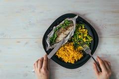 Platte mit Aufstiegsfischen und -gemüse lizenzfreies stockbild