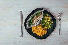 Platte mit Aufstiegsfischen und -gemüse stockbild