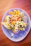 Platte mit Beeren und Früchten lizenzfreie stockfotos