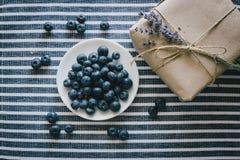 Platte mit Blaubeeren auf einer gestreiften Tischdecke Stockfoto