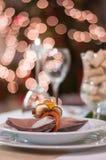 Platte mit Dekoration auf Weihnachtstabelle Stockfotografie