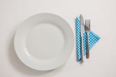 Platte mit dem Essen von Geräten und von Serviette lizenzfreie stockbilder