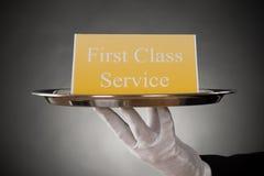 Platte mit dem Service der Text-ersten Klasse an Bord Lizenzfreies Stockfoto