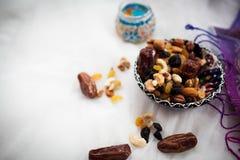 Platte mit den Nüssen und Trockenfrüchten, die auf einer weißen Tabelle liegen Lizenzfreie Stockfotos