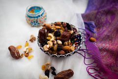 Platte mit den Nüssen und Trockenfrüchten, die auf einer weißen Tabelle liegen Stockfotos