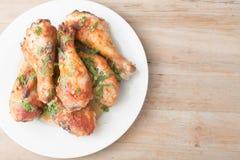 Platte mit den neuen Hühnerbeinen auf hölzernem Hintergrund Stockfotos