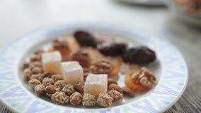 Platte mit den orientalischen Bonbons geschossen in der Nahaufnahme stock video footage