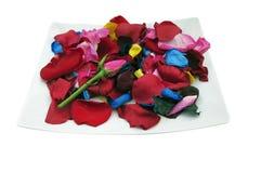 Platte mit den rosafarbenen Blumenblättern Lizenzfreie Stockfotos