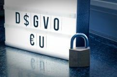 Platte mit der Aufschrift DSGVO allgemeine Daten-Schutz-Regelung EU in der englischen allgemeine Daten-Schutz-Regelung GDPR mit Lizenzfreies Stockfoto