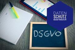 Platte mit der Aufschrift DSGVO Datenschutzgrundverordnung in der englischen allgemeine Daten-Schutz-Regelung GDPR mit einer Tabl Lizenzfreie Stockbilder