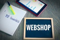 Platte mit der Aufschrift Webshop und dem Deutschen fasst B2B-gewerblich in Englisch B2B-Handelsgeschäft zum Geschäft mit einem V stockfotos