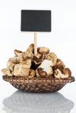 Platte mit einem Bündel Scheiben des getrockneten Pilzes und seiner Reflexion und Preis, Zeiger lizenzfreie stockfotografie