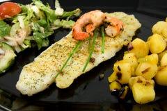 Platte mit Fischen, Kartoffeln und Kopfsalat Lizenzfreies Stockbild
