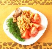 Platte mit Fleisch, Teigwaren und Frischgemüse. Stockbild