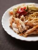 Platte mit Fleisch und Teigwaren, Salat, gebratenes Huhn als Lebensmittel für brea Lizenzfreies Stockbild