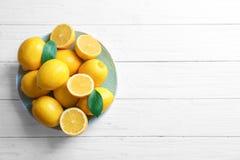 Platte mit frischen Zitronen auf Tabelle Stockbild