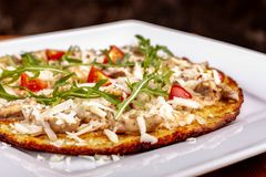 Platte mit geschmackvollen Kartoffelpfannkuchen f?r Chanukka auf Holztisch, Draufsicht der Nahaufnahme stockfoto
