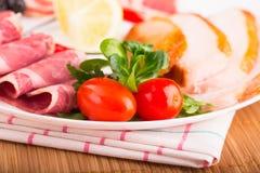 Platte mit geschnittenem Fleisch Stockfotos