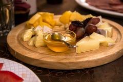 Platte mit Käse Stockfoto