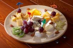 Platte mit Käse Stockbilder