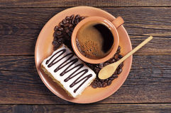 Platte mit Kaffee und sahnigem Kuchen Stockbild