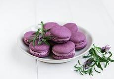 Platte mit Lavendel macarons Stockfotos