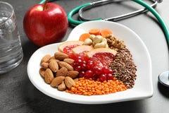 Platte mit Produkten für Herz-gesunde Diät stockbilder
