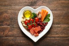 Platte mit Produkten für Herz-gesunde Diät auf Hintergrund lizenzfreies stockbild