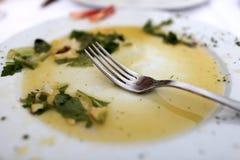 Platte mit Resten des Salats Stockbild