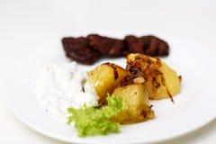 Platte mit Rindfleisch und Kartoffeln und Soße Lizenzfreie Stockfotografie