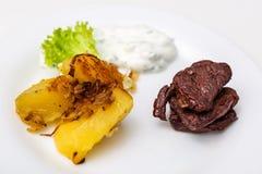 Platte mit Rindfleisch und Kartoffeln und Soße Lizenzfreie Stockbilder