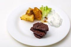 Platte mit Rindfleisch und Kartoffeln und Soße Lizenzfreie Stockfotos