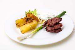Platte mit Rindfleisch und Kartoffeln und Soße Stockfotos