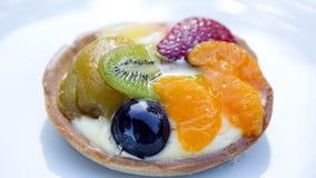 Platte mit rundem Fruchttörtchen stockbild