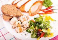 Platte mit Salat Stockbild