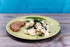 Platte mit Salat auf dem Tisch Stockfotos