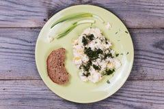 Platte mit Salat und Brot auf dem Tisch Lizenzfreies Stockfoto